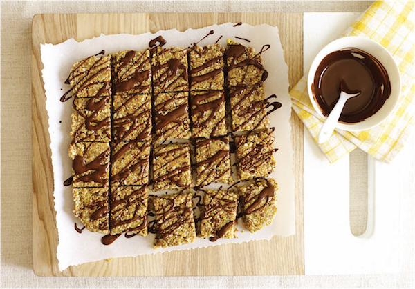 STICKY SESAME BARS WITH RAW CHOCOLATE DRIZZLE from Power Hungry